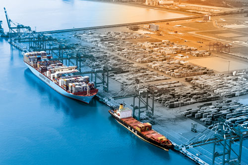 Containerschiffe liegen am JadeWeserPort