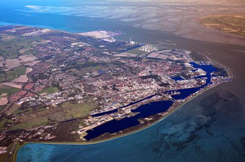 Luftbild von Wilhelmshaven mit dem JadeWeserPort im Stadtnorden